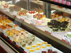 色とりどりのケーキが並びます。