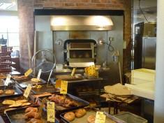 石窯から出されるパンがカウンターにすぐ並びます。